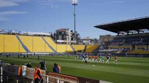 Parma and SPAL players warm up