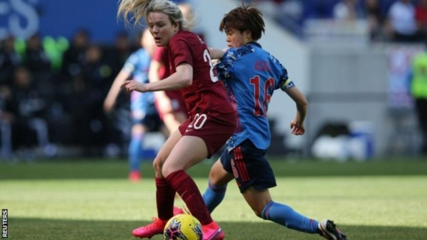 Lauren Hemp playing for England against Japan