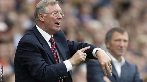 Alex Ferguson pointing to his watch