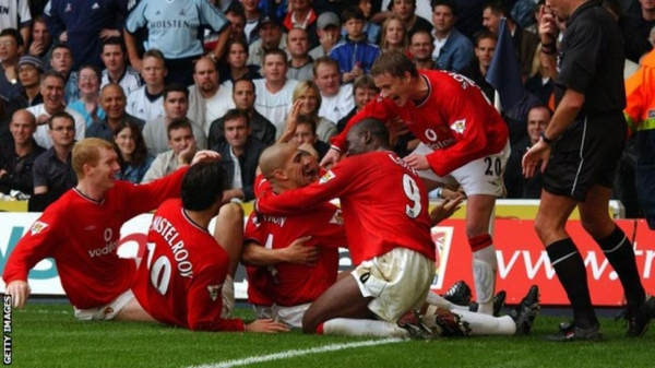 Manchester United players celebrate at White Hart Lane in 2001